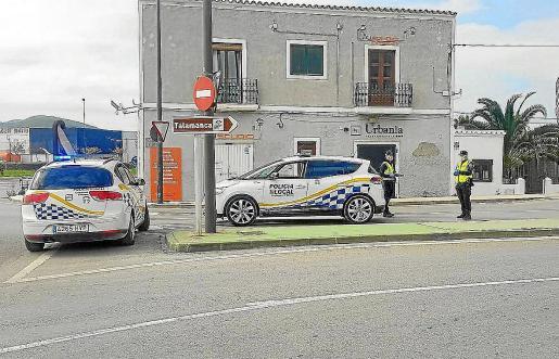 Patrullas de la Policía Local de Ibiza en un control en la avenida Vuit d'Agost de Ibiza.
