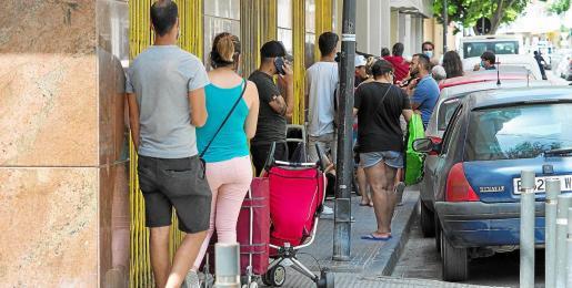 Las imágenes de las colas para recoger alimentos en la calle de Carlos III en Ibiza ciudad son cada día más desesperantes