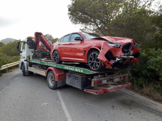 El deportivo implicado en la colisión sufrió graves daños en su parte frontal.