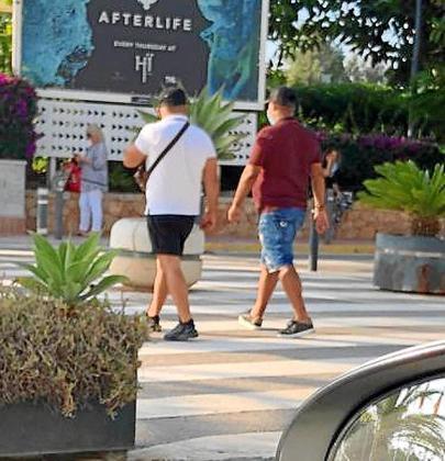 Imagen de taxistas piratas captando clientes en el aeropuerto de Ibiza.