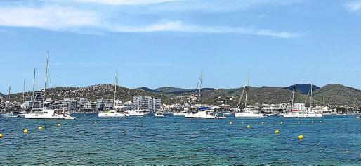 Varias embarcaciones en la zona de es Pinet.