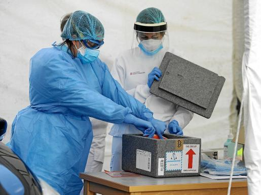 Personal sanitario durante la toma de muestras en Can Misses.