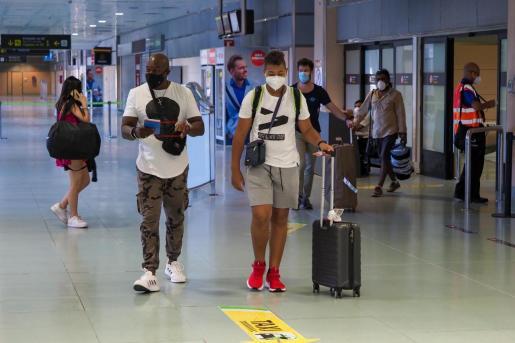 Un grupo de viajeros a su llegada al aeropuerto de Ibiza.