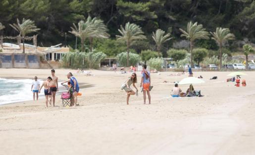 La playa de Cala Sant Vicent se encuentra sin apenas gente a principios de julio y esto afecta directamente a negocios y restaurantes que están al pie de la playa.
