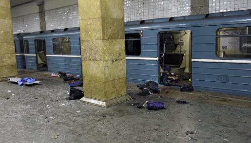 Los cadáveres de varias víctimas en la estacion de metro de Park Kultury en Moscú.