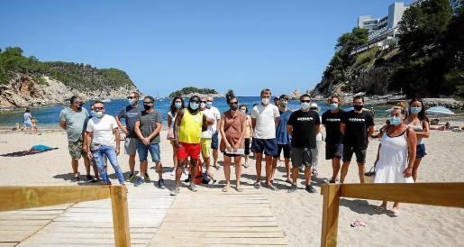 Una imagen de la convocatoria llevada ayer a cabo por los concesionarios de las playas de Sant Joan en el Puerto de Sant Miquel.