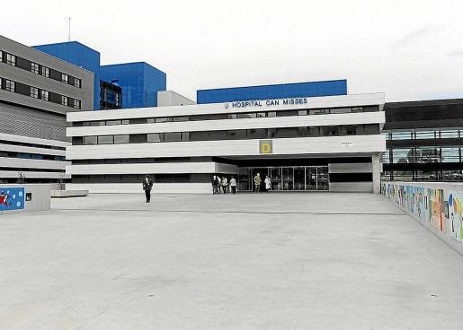 Una imagen de la entrada al hospital Can Misses por el edificio D.