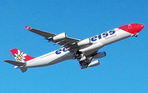 El avión modelo A340 saliendo de Ibiza.