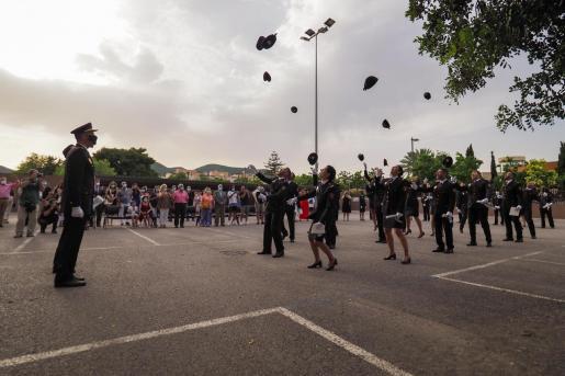 La 18 nuevos agentes de la Policía Nacional cerraron el acto lanzando sus gorras.