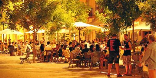 Una imagen general de diversos bares situados en la Plaza del Parque, repletos de gente la madrugada del domingo.