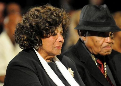 Fotografía facilitada que muestra a los padres de Michael Jackson, Katherine y Joe Jackson, durante el funeral de su hijo en el cementerio Forest Lawn de Glendale.