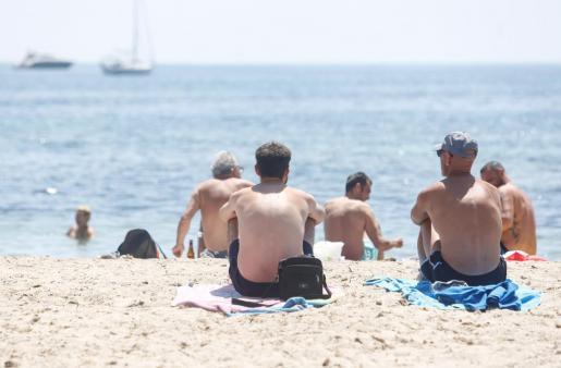 Varias personas, en una playa de Ibiza.