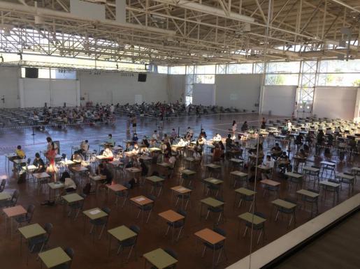 Los jóvenes iban ocupando esta mañana sus sitios para realizar el examen de la Selectividad en el Recinto Ferial de Ibiza.