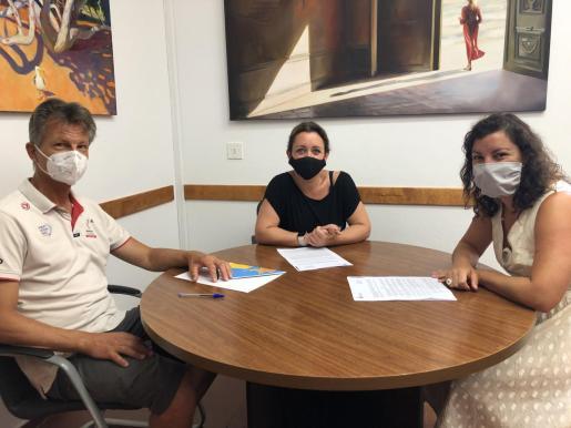 Una imagen de la firma del convenio entre el Consell de Formentera y el Club Surf Formentera.