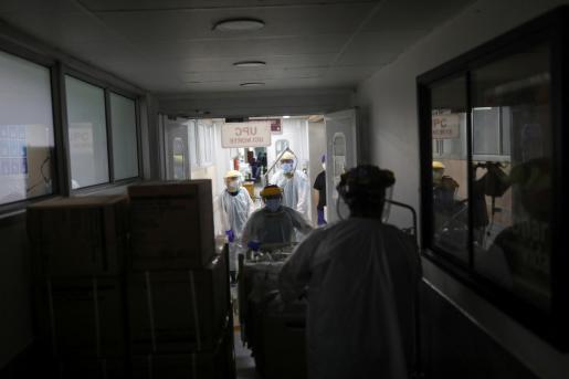 Personal médico atendiendo a un paciente con coronavirus.