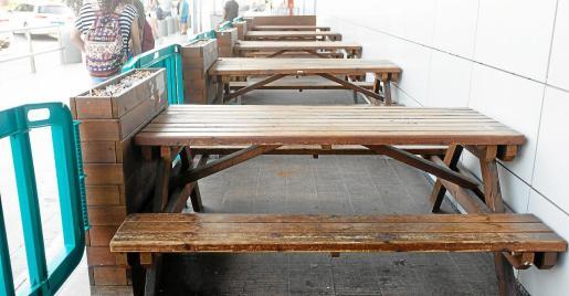 Hace unos días estas mesas estaban repletas de basura y ahora lucen limpias. Sin embargo, las colillas siguen acumuladas en las jardineras.