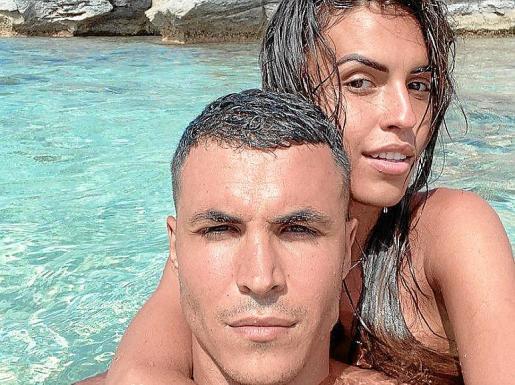 La pareja disfrutó de las calas de la isla blanca.