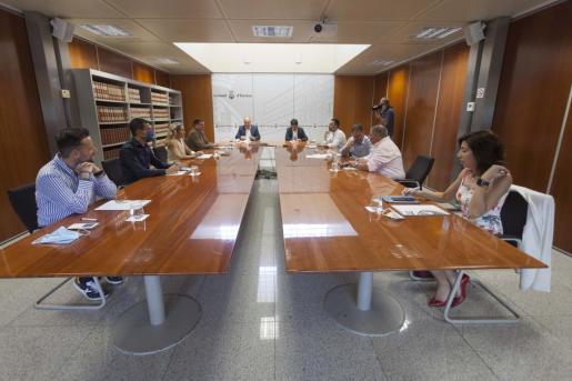 La reunión celebrada ayer en el Consell d'Eivissa.