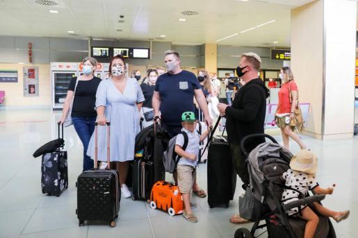 Británicos, en el aeropuerto de Ibiza.
