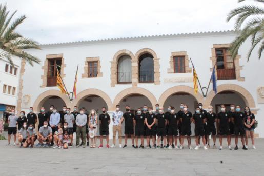 Imagen de la recepción frente al Ayuntamiento de Santa Eulària.