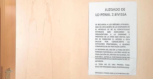 Cartel colgado en la entrada de la sala de vistas de lo Penal.