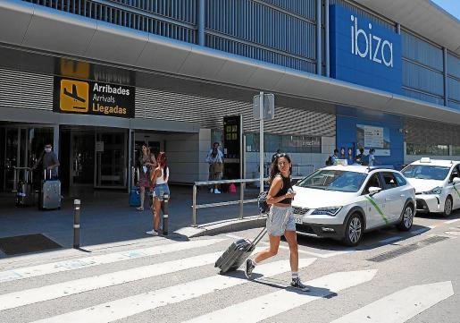 Imagen de archivo de llegada de turistas al aeropuerto de Ibiza esta temporada.