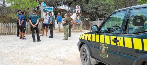 Agentes de la Conselleria de Medi Ambiente del Govern y la Guardia Civil se desplazaron ayer hasta la zona de la playa de ses Salines donde se ejerce esta actividad.