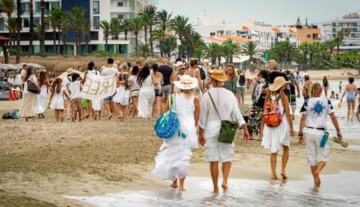 La convocatoria reunió a decenas de personas vestidas de blanco y con pancartas contra las mascarillas.