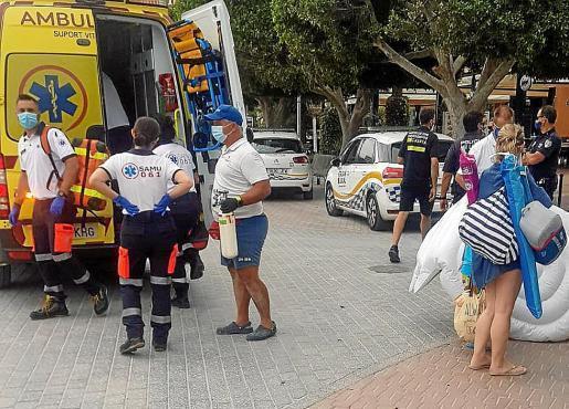 Momento en que el niño es trasladado en ambulancia.