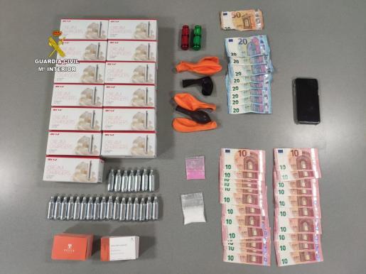 Parte del material intervenido al joven detenido por tráfico de drogas