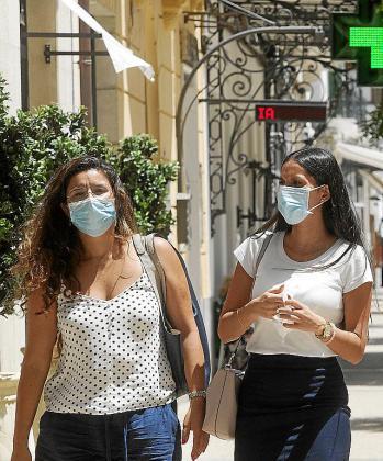 Dos mujeres paseando ayer, en el centro de Ibiza.
