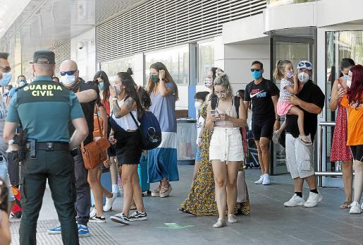 Llegada de los pasajeros de uno de los vuelos programados ayer desde Barcelona.