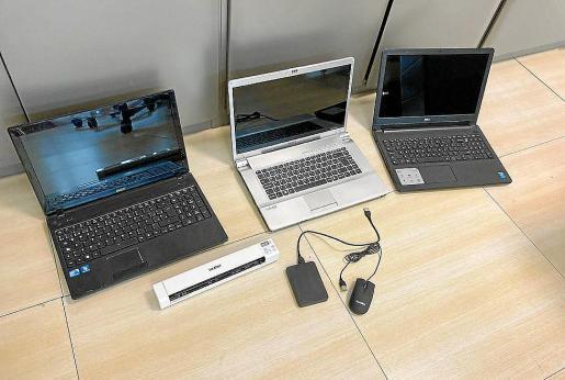 Equipos informáticos recuperados por la Policía Nacional en el vehículo del detenido.