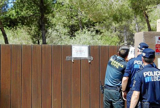 Imagen de archivo de la Policía Local y de la Guardia Civil, precintando Casa Lola.