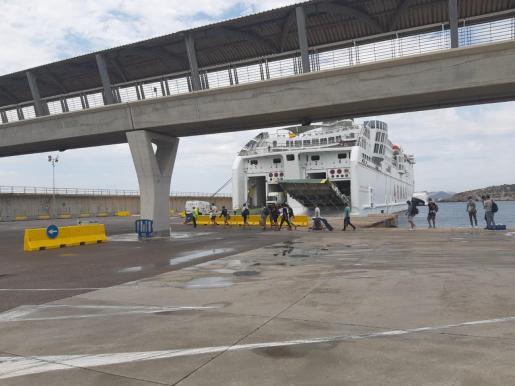Momento en que los migrantes suben al barco que los transportará a Valencia.