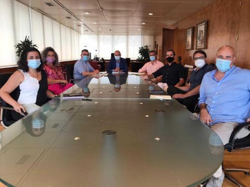 Participantes en la reunión celebrada ayer en el Consell.