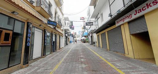 El West End, en pleno centro de Sant Antoni, se encuentra totalmente desierto en pleno mes de julio.