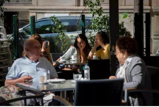 Barcelona limita el aforo en bares (Archivo).