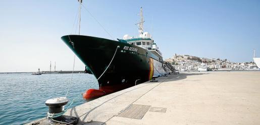 El buque Río Segura en el puerto de Ibiza.