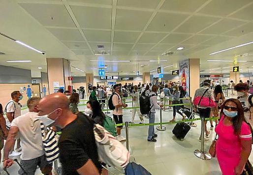 Desde el pasado 1 de julio, Sanidad Exterior del Gobierno se hace cargo de los controles sanitarios a pasajeros que lleguen de países de la UE, no del resto de España.