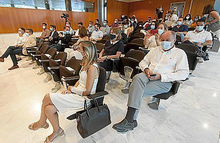 Nutrida representación institucional en el salón de plenos.