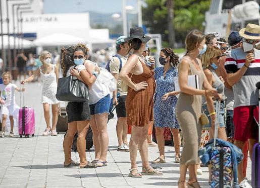 Turistas en el puerto de Ibiza ayer haciendo uso de la mascarilla.
