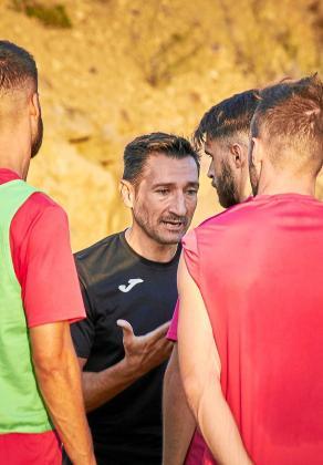Raúl Casañ, en el centro, da instrucciones a sus jugadores en el entrenamiento de ayer.