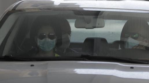 El presidente de la Autoridad Portuaria de Baleares, Juan Gual de Torrella, ha llegado a la sede de la institución pocos minutos antes de las 11.00 horas custodiado en un vehículo por agentes de la Guardia Civil.