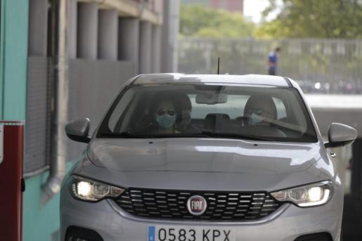 Joan Gual, detenido en un vehículo con agentes de la Guardia Civil.