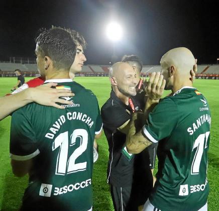 Munitis, segundo por la derecha, festeja con Santamaría la victoria del Badajoz sobre el Ahtletic Club B en la primera ronda del 'playoff'.