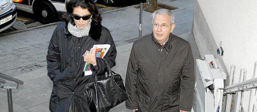 El entonces presidente de la Autoridad Portuaria, Francesc Triay, con la abogada del Estado, Dolores Ripoll.