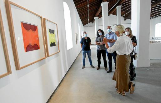 La directora del MACE Elena Ruiz enseña una de las obras del museo.