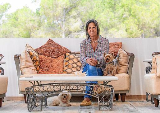 Francisca Sánchez Ordóñez posa en la terraza de su nueva casa, con algunos de sus perros.