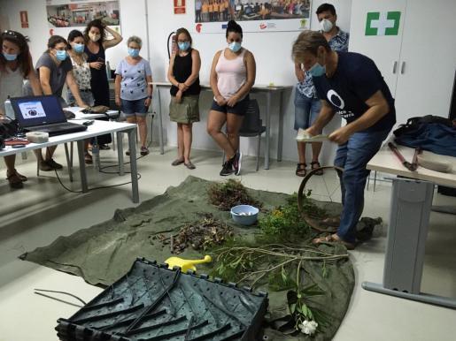 El curso se desarrolló en el Polideportivo de Santa Eulària y fue impartido por Juanjo Torres, educador medioambiental de Amics de la Terra.